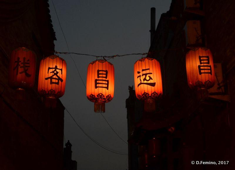 Chinese lamps at night (Pingyao, China, 2017)