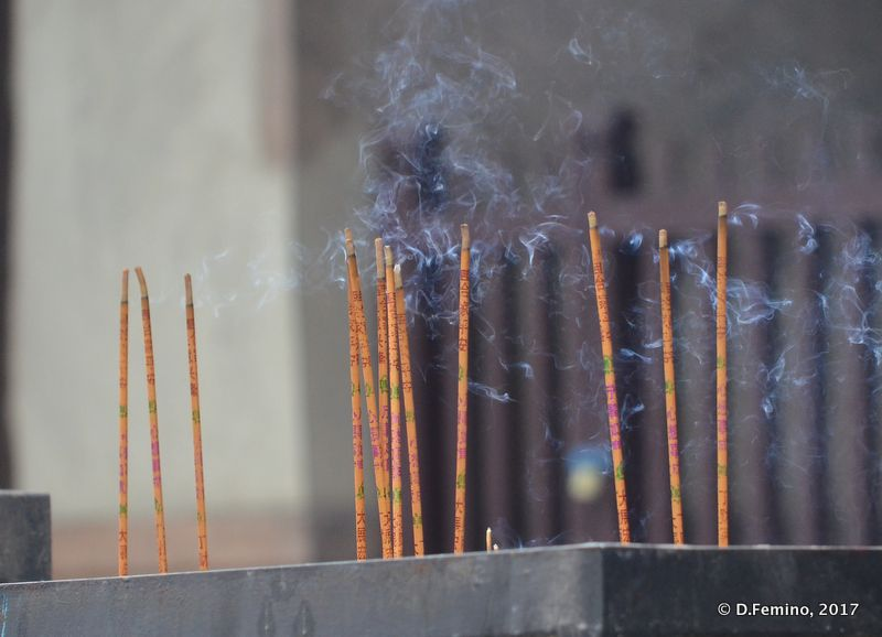 Incense sticks in Shuanglin temple (Pingyao, China, 2017)