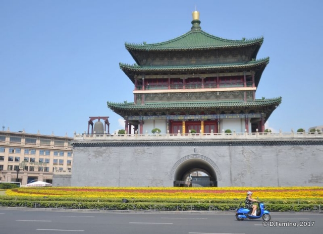 Roundabout and bell tower (Xi'an, China, 2017)