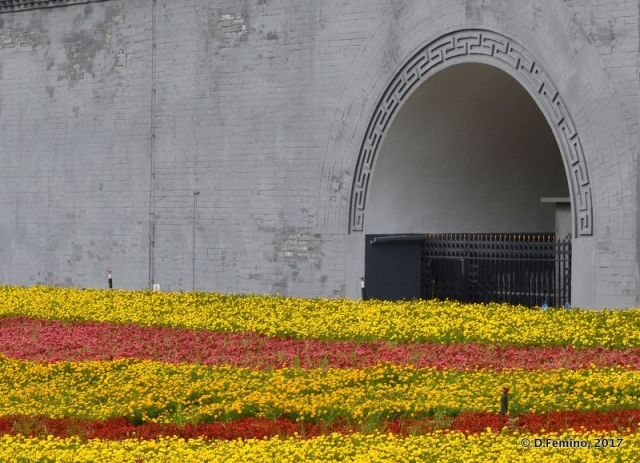 Flowerbed and arch (Xi'an, China, 2017)