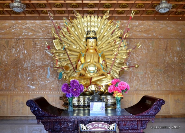 Golden statue in a temple (Xi'an, China, 2017)