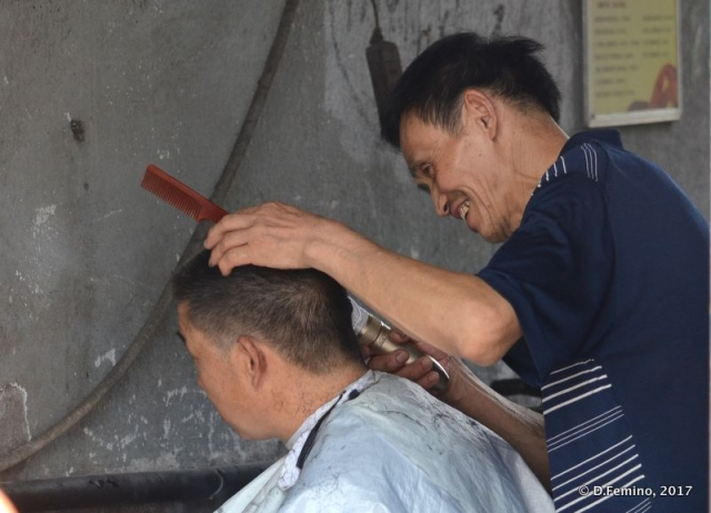 Street haircutting (Shanghai, China 2017)