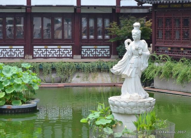 Pool in Yuyuan garden (Shanghai, China 2017)
