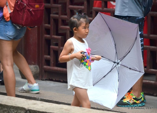 Children approach to umbrellas (Shanghai, China 2017)