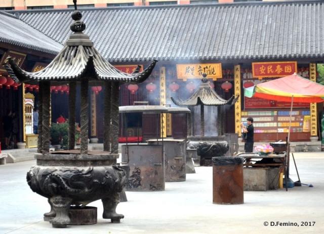 A temple courtyard (Shanghai, China 2017)