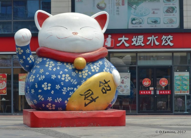 Huge Maneki-Neko outside a shop (Zhujiajiao, China, 2017)