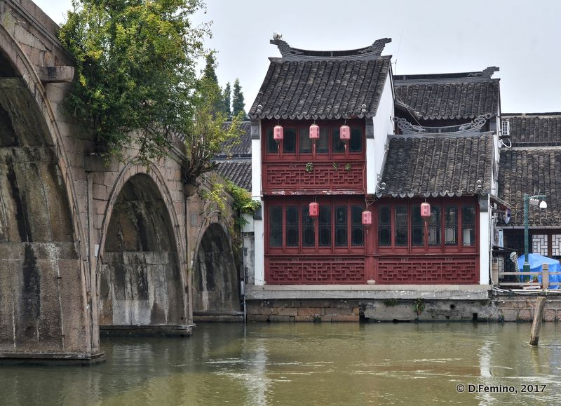 Red house and stone bridge (Zhujiajiao, China, 2017)