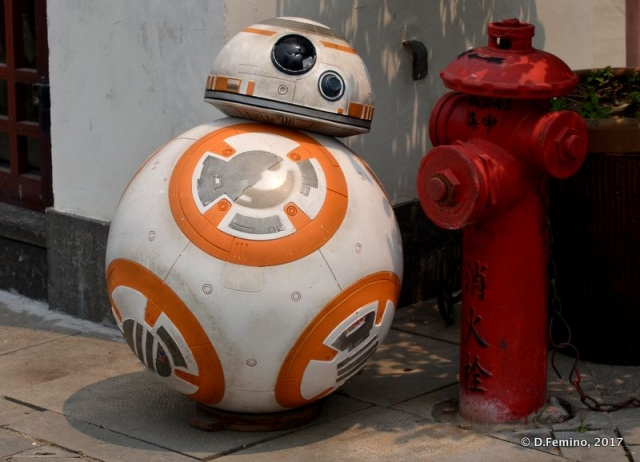 BB-8 taking care of a fire extinguisher (Zhujiajiao, China, 2017)