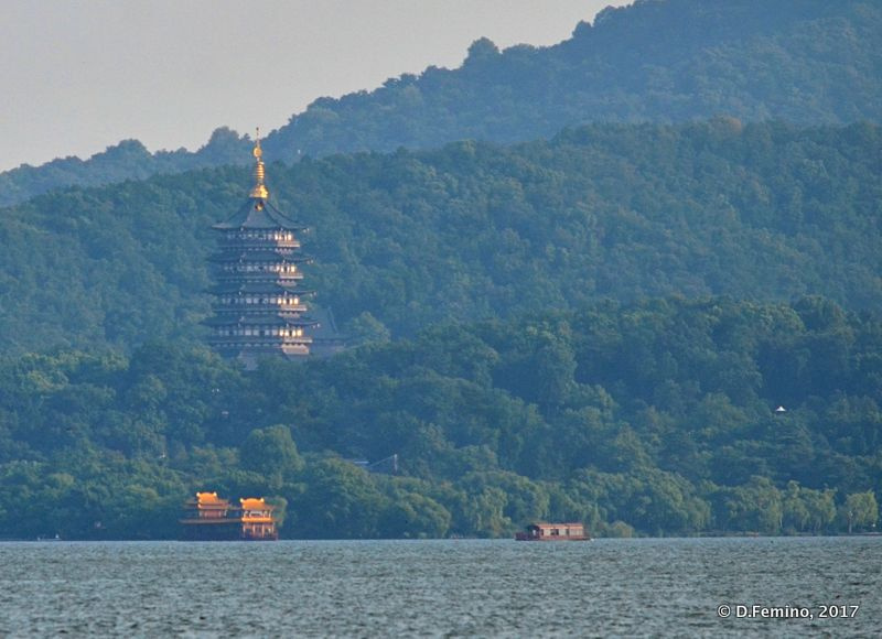 Pagoda by the Northern lake (Hangzhou, China, 2017)
