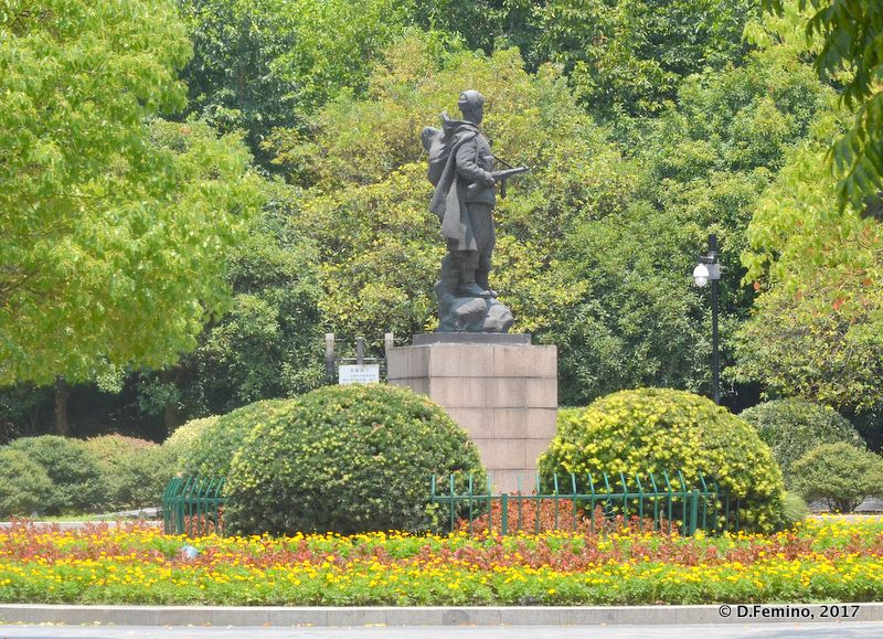Statue in the park (Hangzhou, China, 2017)