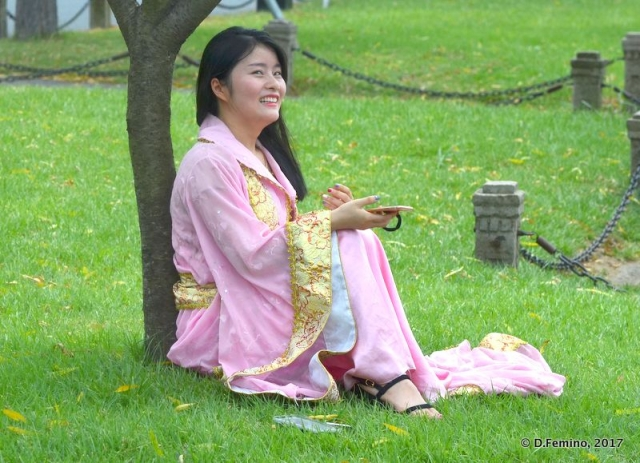 Under the tree in traditional dress (Hangzhou, China, 2017)