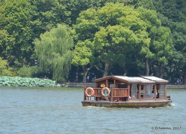 Small boat on the lake (Hangzhou, China, 2017)