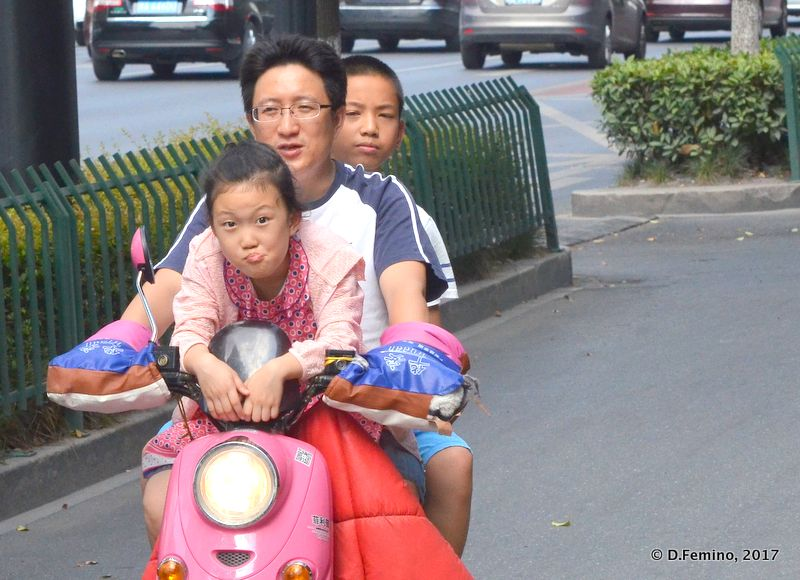 Family on a motobike (Hangzhou, China, 2017)