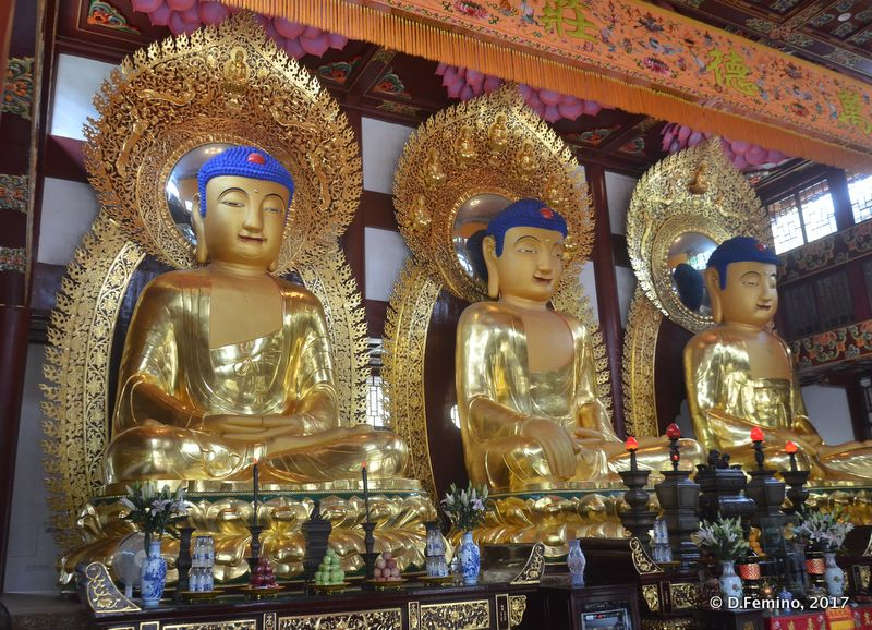 Golden statues in a temple (Guangzhou, China, 2017)