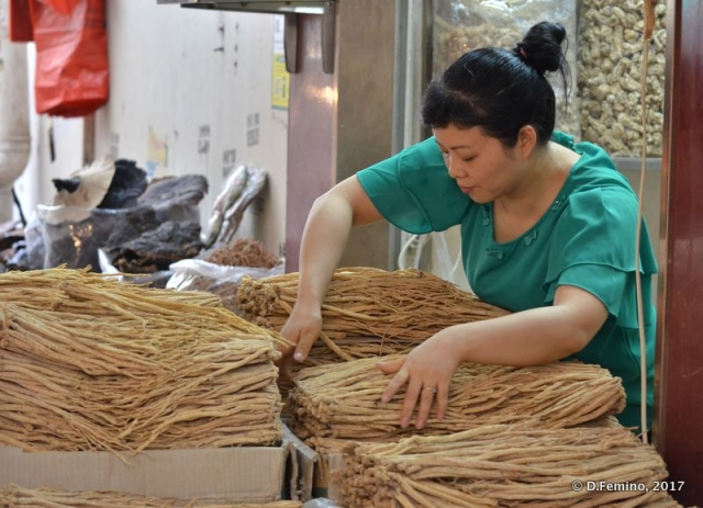 Managing noodles (Guangzhou, China, 2017)