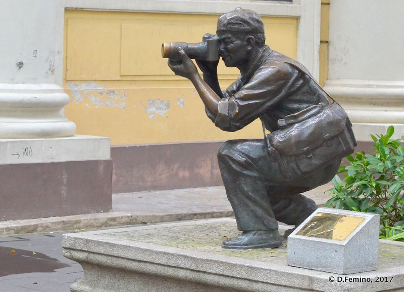 Photographing the photographer statue (Guangzhou, China, 2017)