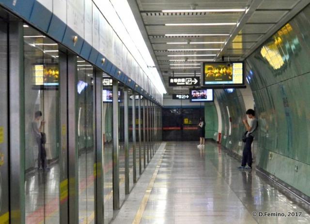 Metro at night (Guangzhou, China, 2017)
