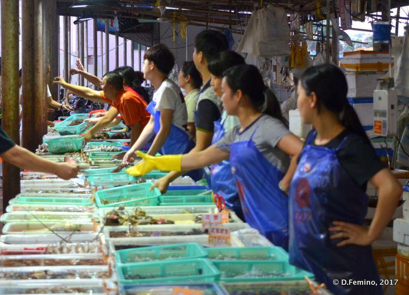 Selling seafood in Wanzai market (Zhuhai, China, 2017)