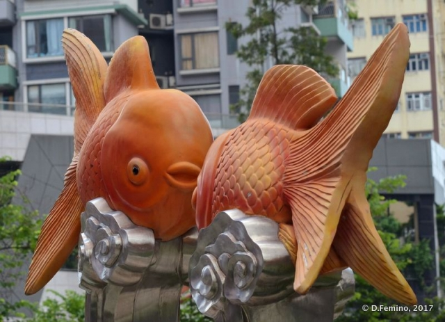 Statues at entrance of goldfish market (Hong Kong, 2017)
