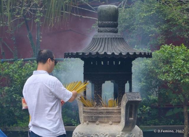 Worshipper in Po Lin Monastery (Ngong Ping, Hong Kong, 2017)