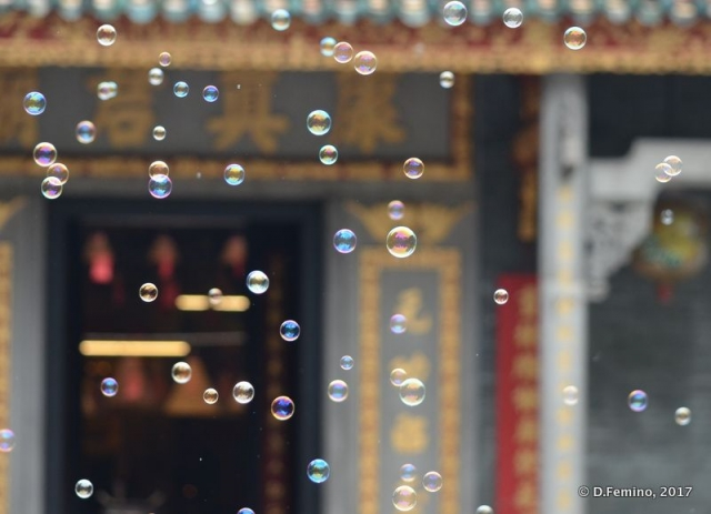 Bubbles by the temple (Macau, 2017)