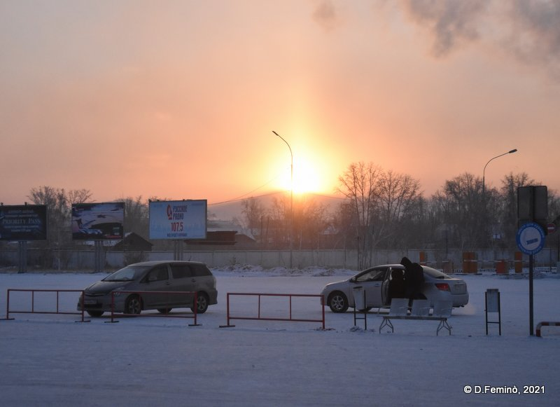 Cars waiting for passengers in a -31° morning (Ulan-Ude airport, 2021)
