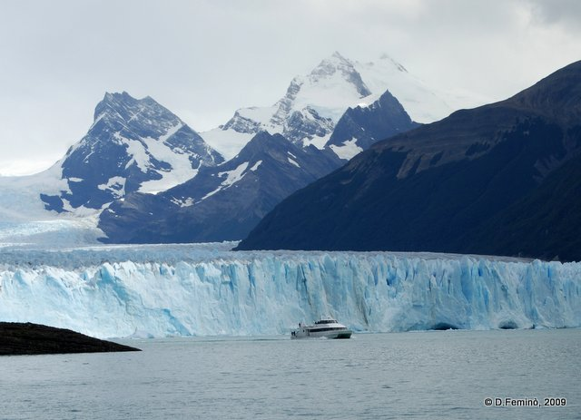 A boat leaving the glacier (Perito Moreno, Argentina, 2009)