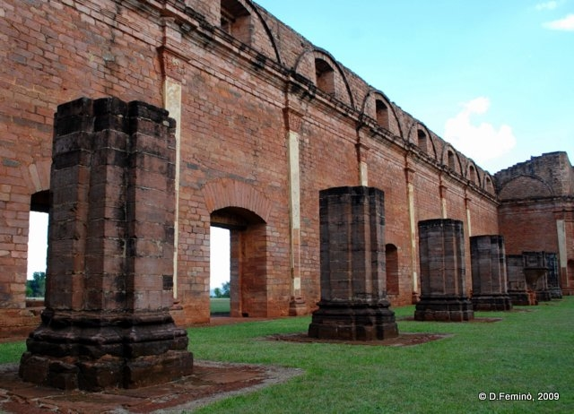 Ancient columns (Jesús de Tavarangue, Paraguay, 2009)