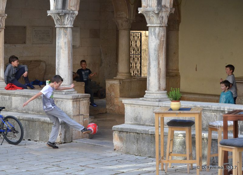 Children playing in the loggia (Korčula, Croatia, 2017)