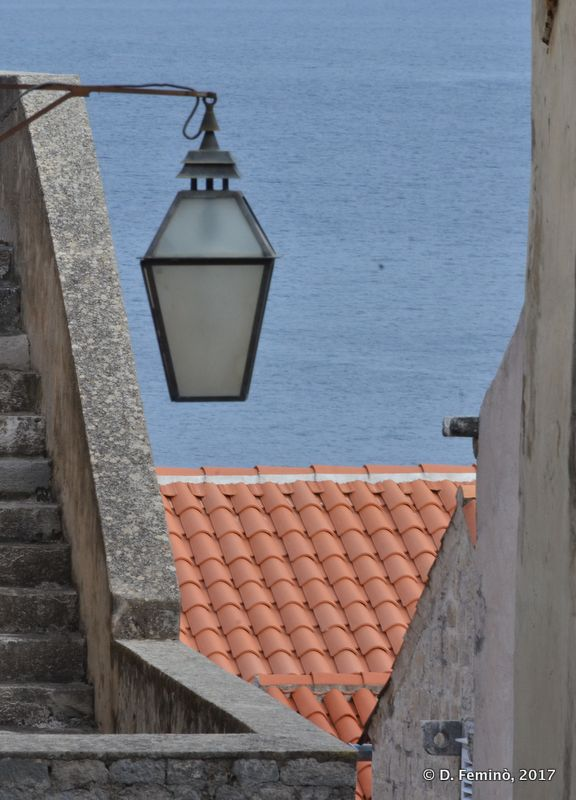 Lamp, roof, sea (Dubrovnik, Croatia, 2017)